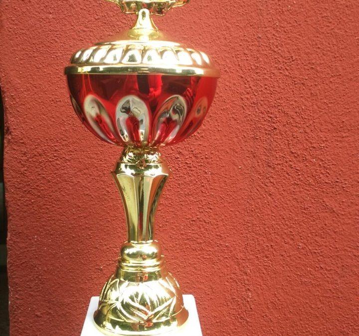 zeigt den Pokal