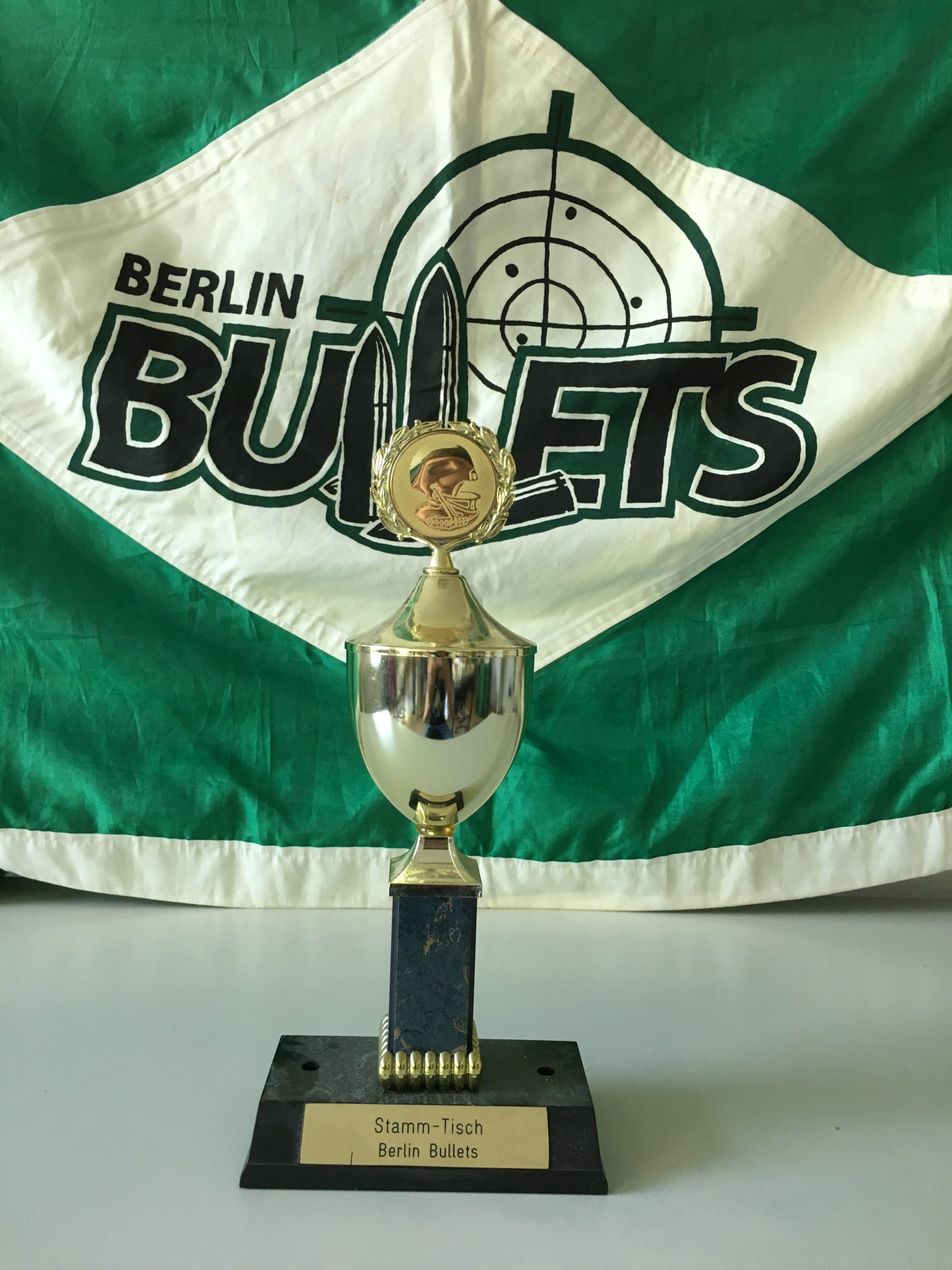 zeigt einen Pokal mit Bullets Logo