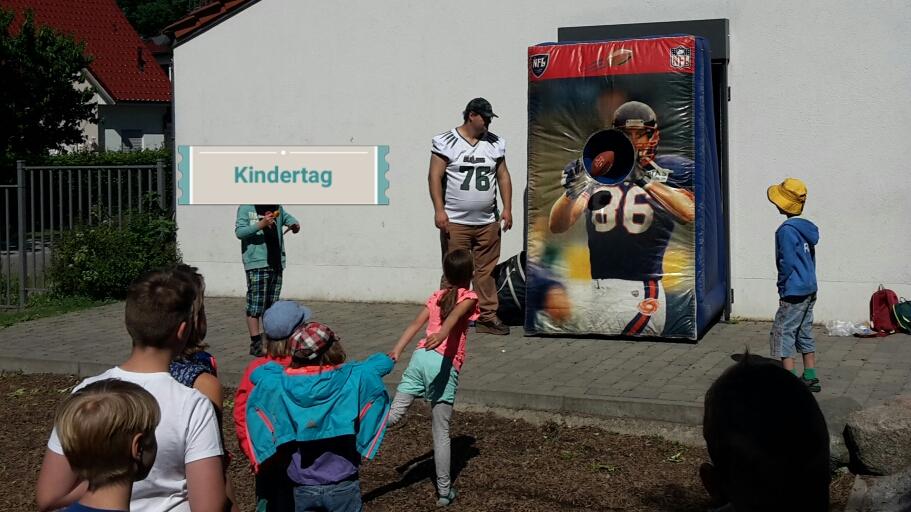 zeigt eine Gruppe wartender Kinder vor der Quarterback Challenge